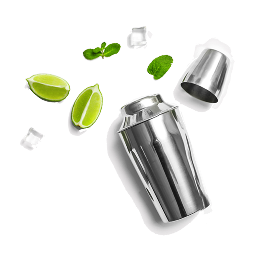 Cocktail Shaker mit Eiswürfeln Limetten und Minze für Zubereitung von alkoholfreien Cocktails