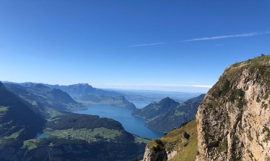 Schöne Aussicht über Berglandschaft und See beim Rimuss Picknick auf der Wanderung