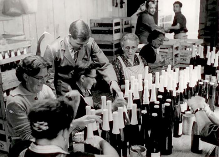 Etikettierung von Rimuss Flaschen von Hand. 1977