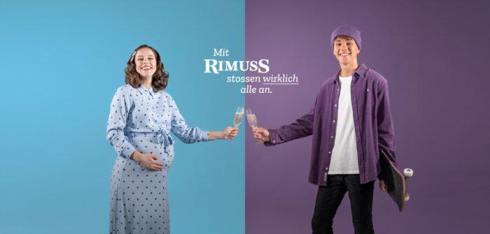 Eine schwangere Frau und ein Skater stossen zusammen mit Rimuss an. Mit Rimuss stossen wirklich alle an