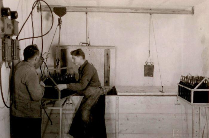 Pasteurisation von Hallauer Traubensaft in den Anfängen des Unternehmens. 1948