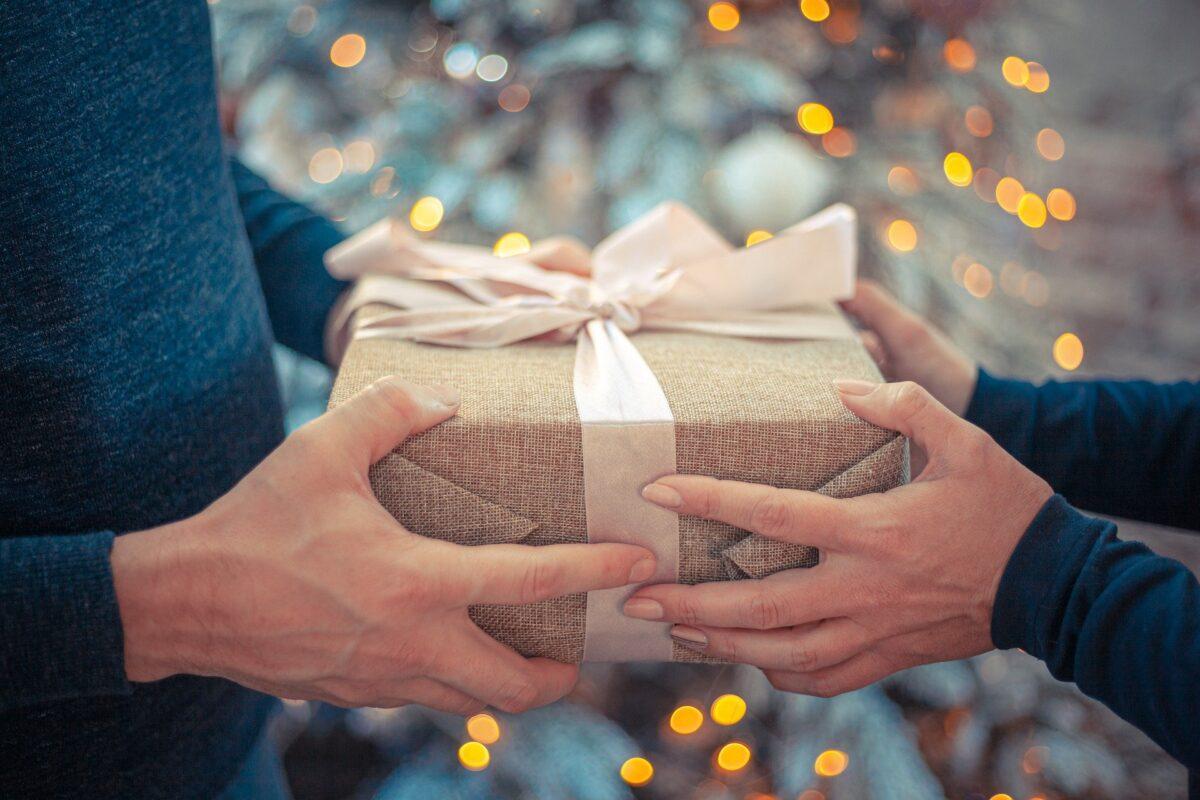 Geschenkübergabe beim Rimuss Apéro