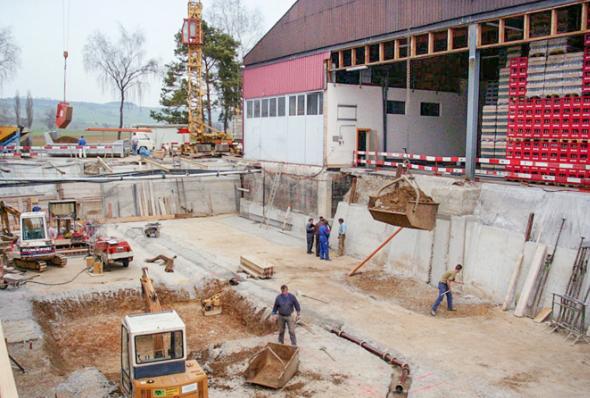 Neubau des Keltereigebäudes mit moderner Traubenannahme, schonenden Pressen und einem klimatisierten Gär- und Lagerkeller. 1995