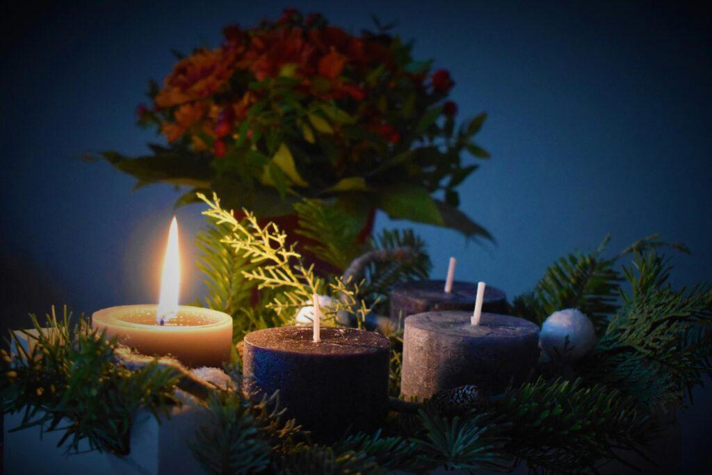 Eine Kerze brennt beim 1. Adventsapéro mit Rimuss