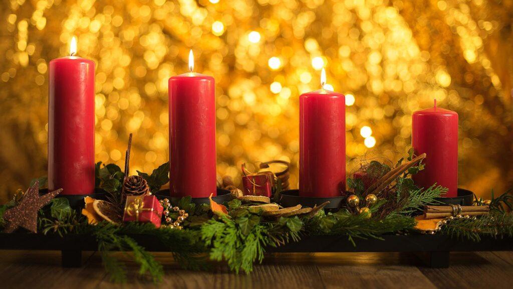 Drei Kerzen brennen auf einem Kranz beim Advent Apéro mit Rimuss