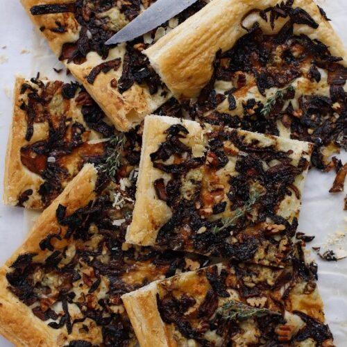 Karamellisierte Zwiebel Tarte mit Gorgonzola. perfektes Häppchen für den Advents Apéro