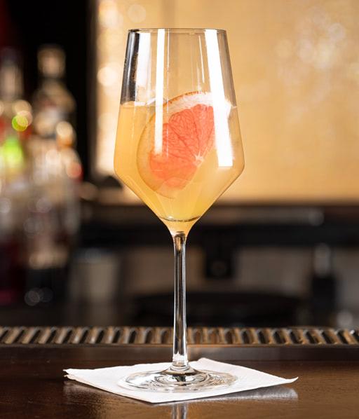 alkoholfreier Aperol Spitz. Rimuss Mocktail Pink Sprizz mit Grapefruit, Zitronensaft und Monin Ornage Spritz Sirup