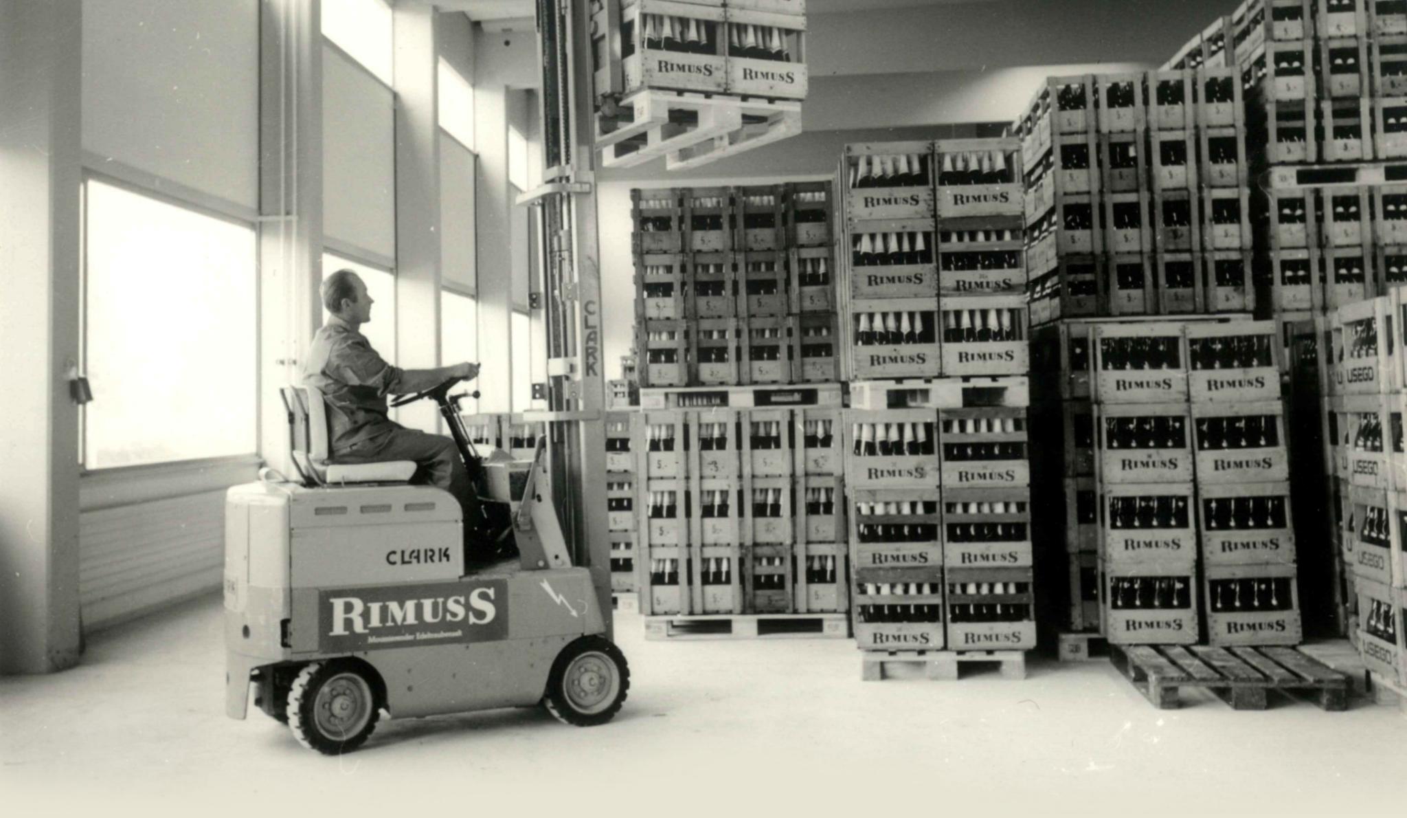 Archivbild von Rimuss mit altem Gabelstapler und Gabelstapler Fahrer im Lager von Rimuss