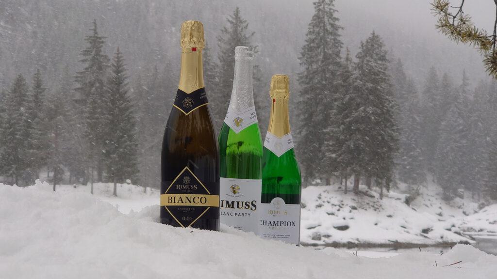 Drei Flaschen Rimuss um verschneiten Winterwunderland. Alles für einen schönen Winter Apero