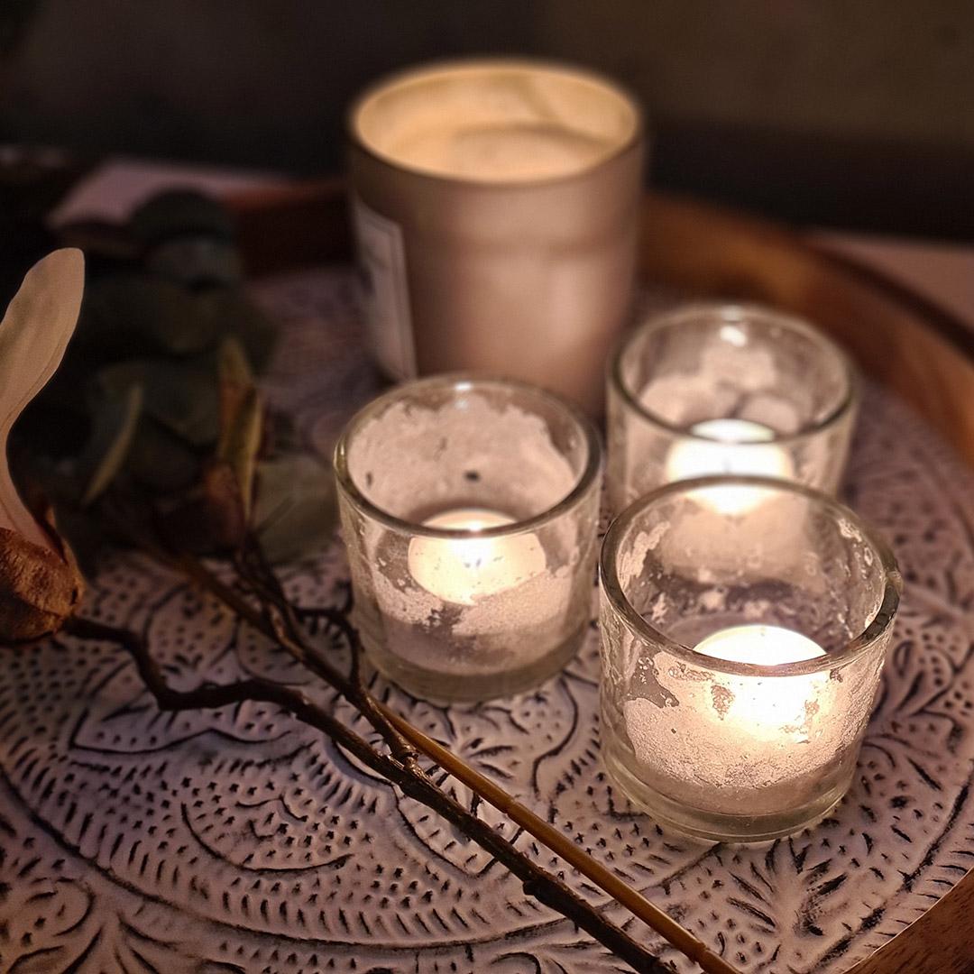 Dekoration Idee für den Apero im Winter. Ice-look Teelichter zum selber machen.