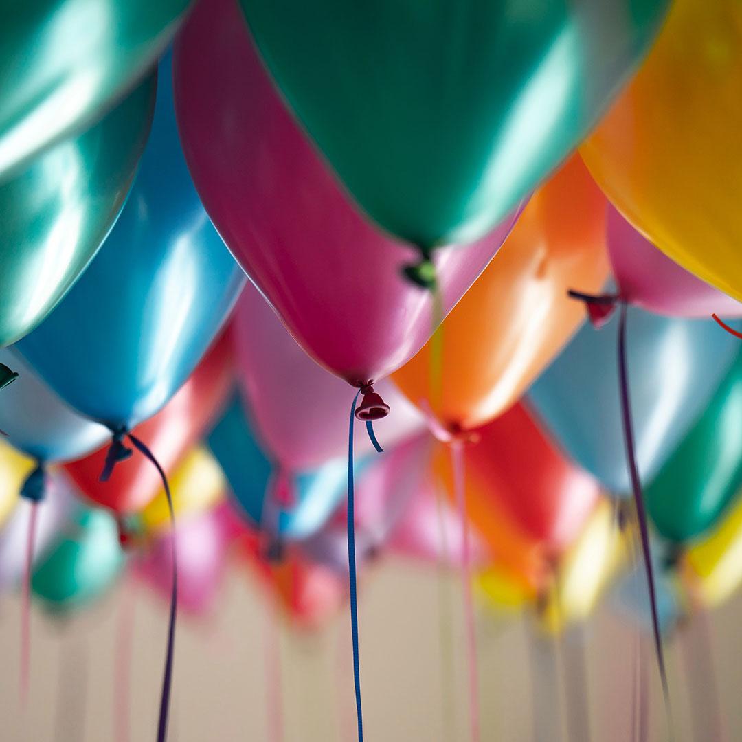 Viele frabige und bunte Luftballons beim Kindergeburtstag