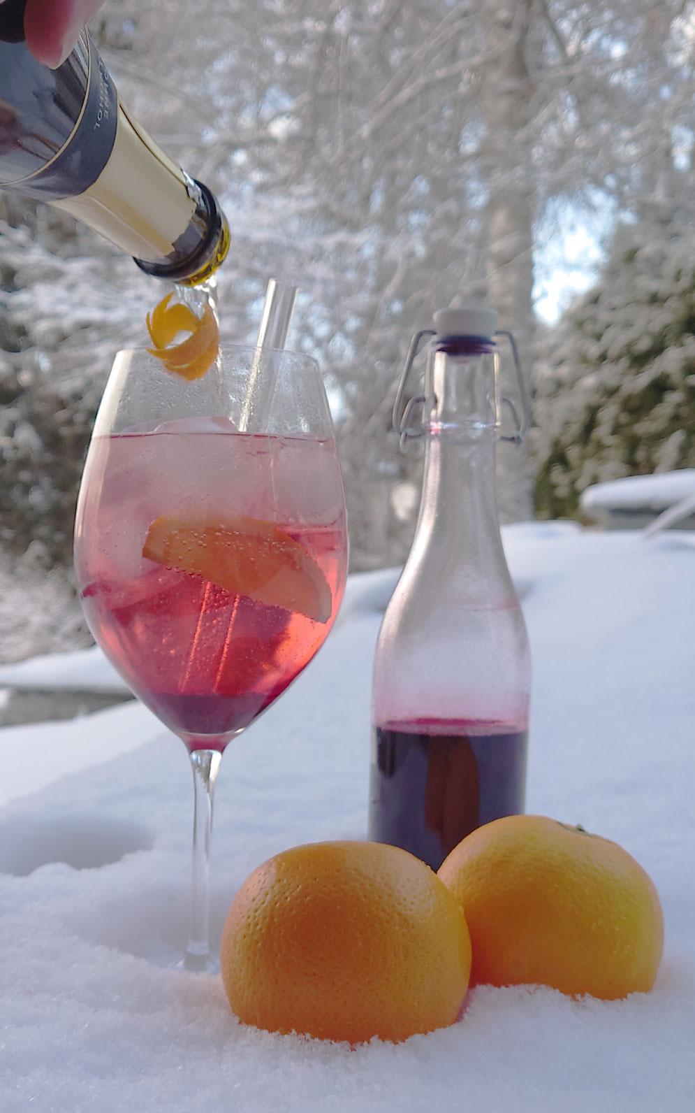 """Ein toller Mocktail / Drink im Schnee für den Winter: """"Cold Elderberry"""" mit Holunderbeersirup, Orangen, Zitrone, Eis"""