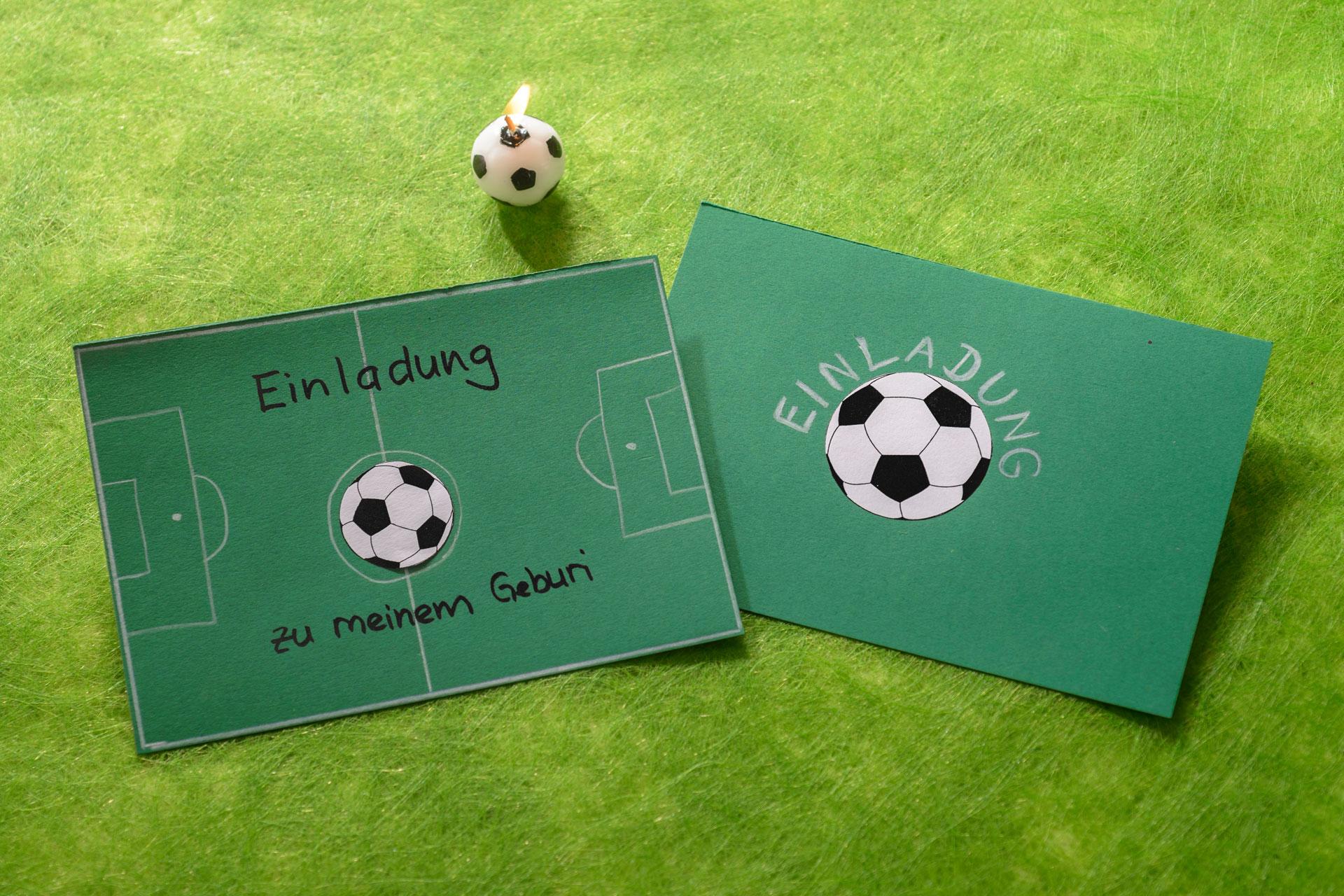 Eine Bastelidee für eine Kindergeburtstagseinladung: Ein Fussballfeld als Einladungskarte für eine Fussball Mottoparty