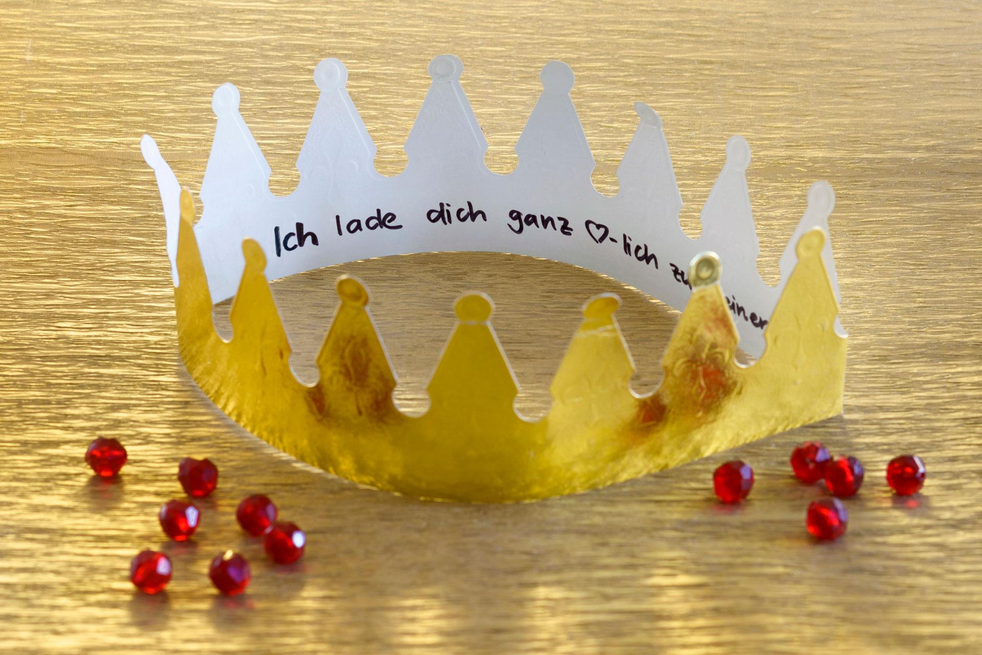 Eine Idee zum Basteln für eine Einladung zum Kindergeburtstag. Eine Krone für eine Prinzen / Prinzessinnen Motto Party