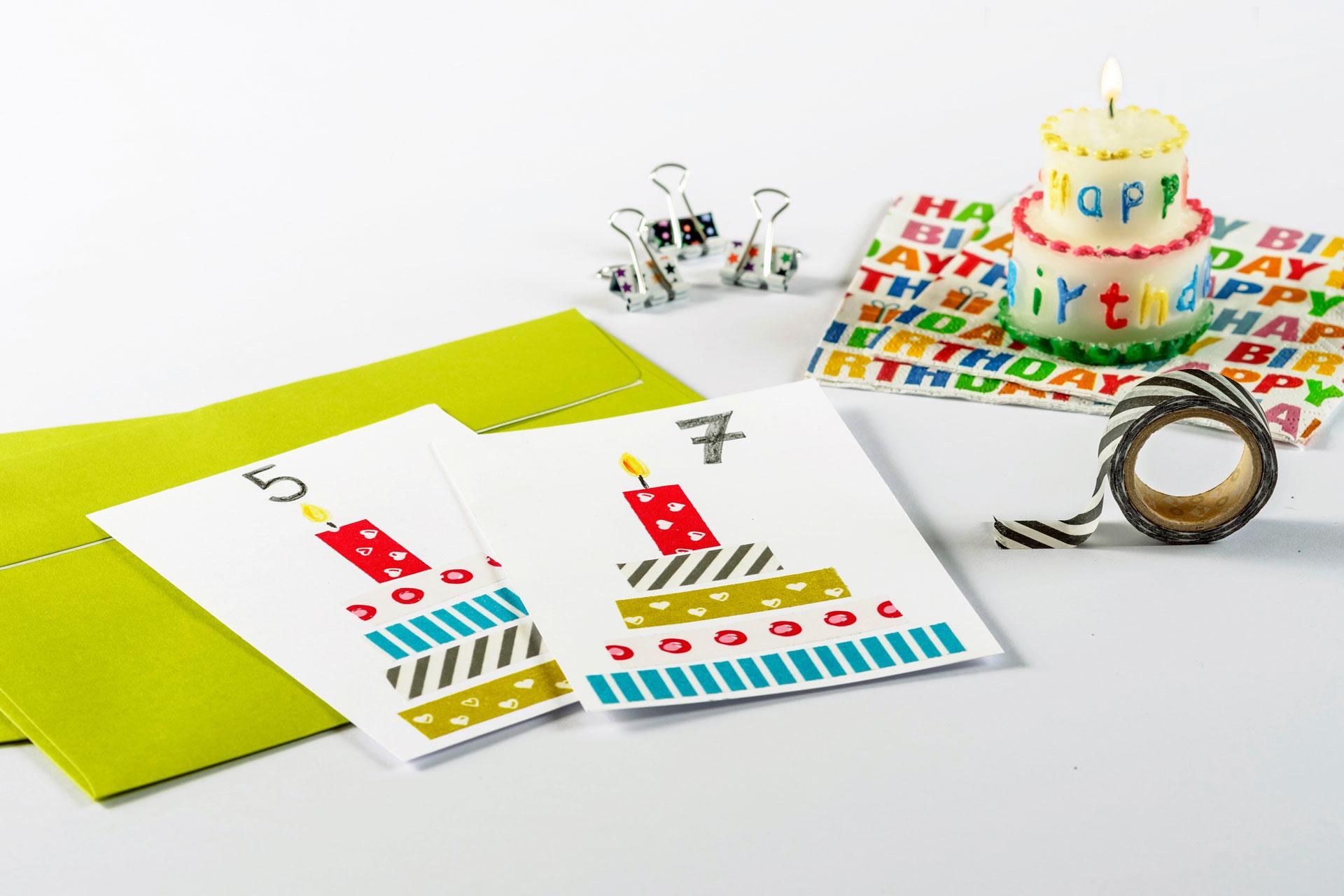 Eine Bastelidee für eine Einladung zum Kindergeburtstag mit hübschen selbst gebastelten Torten