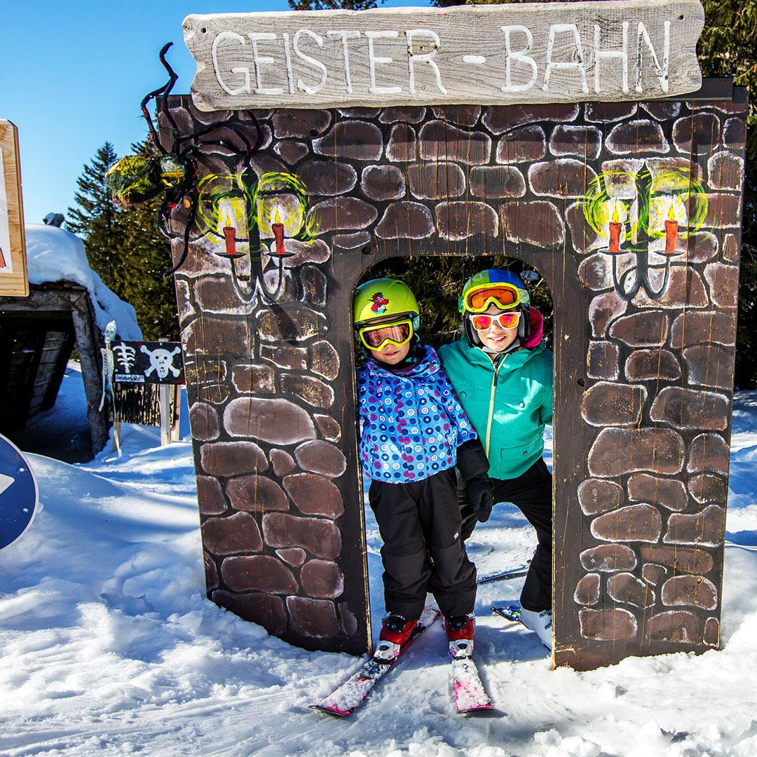Zwei Kinder fahren Ski beim Skitag in Grüsch Danusa