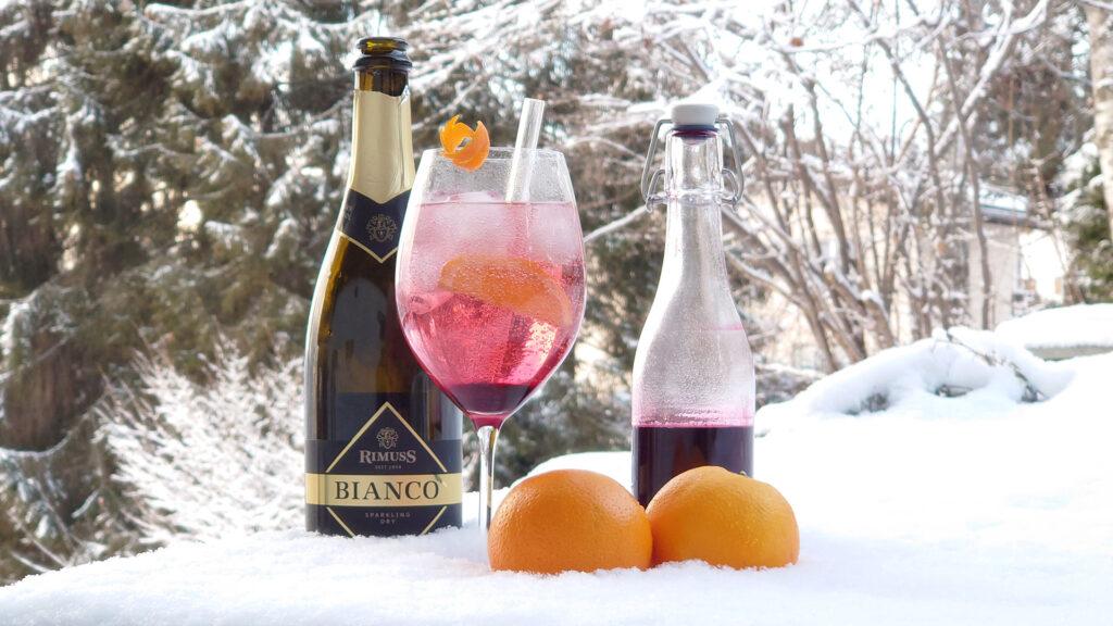 Cold Elderberry der Mocktail / Drink für den Schnee und für den Winter mit Orangen, Holunderblütensirup und Rimuss Bianco Dry