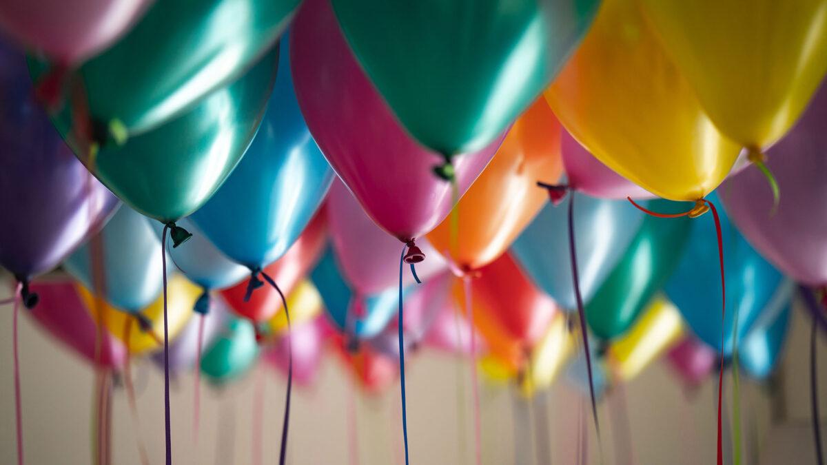 Viele farbige, bunte Luftballons beim Kindergeburtstag