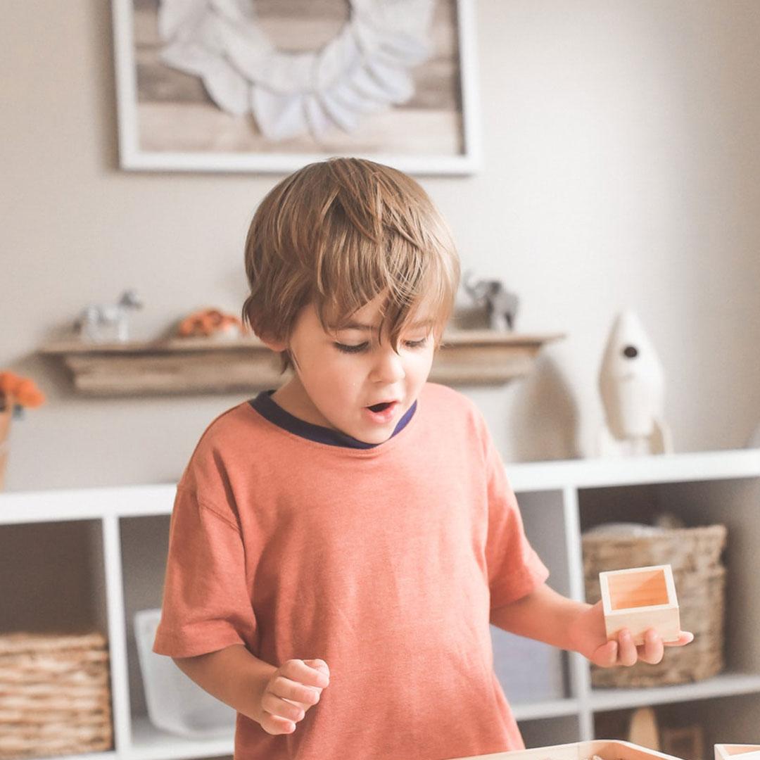 Ein Kleinkind spielt mit Holzklötzen beim Kindergeburtstag
