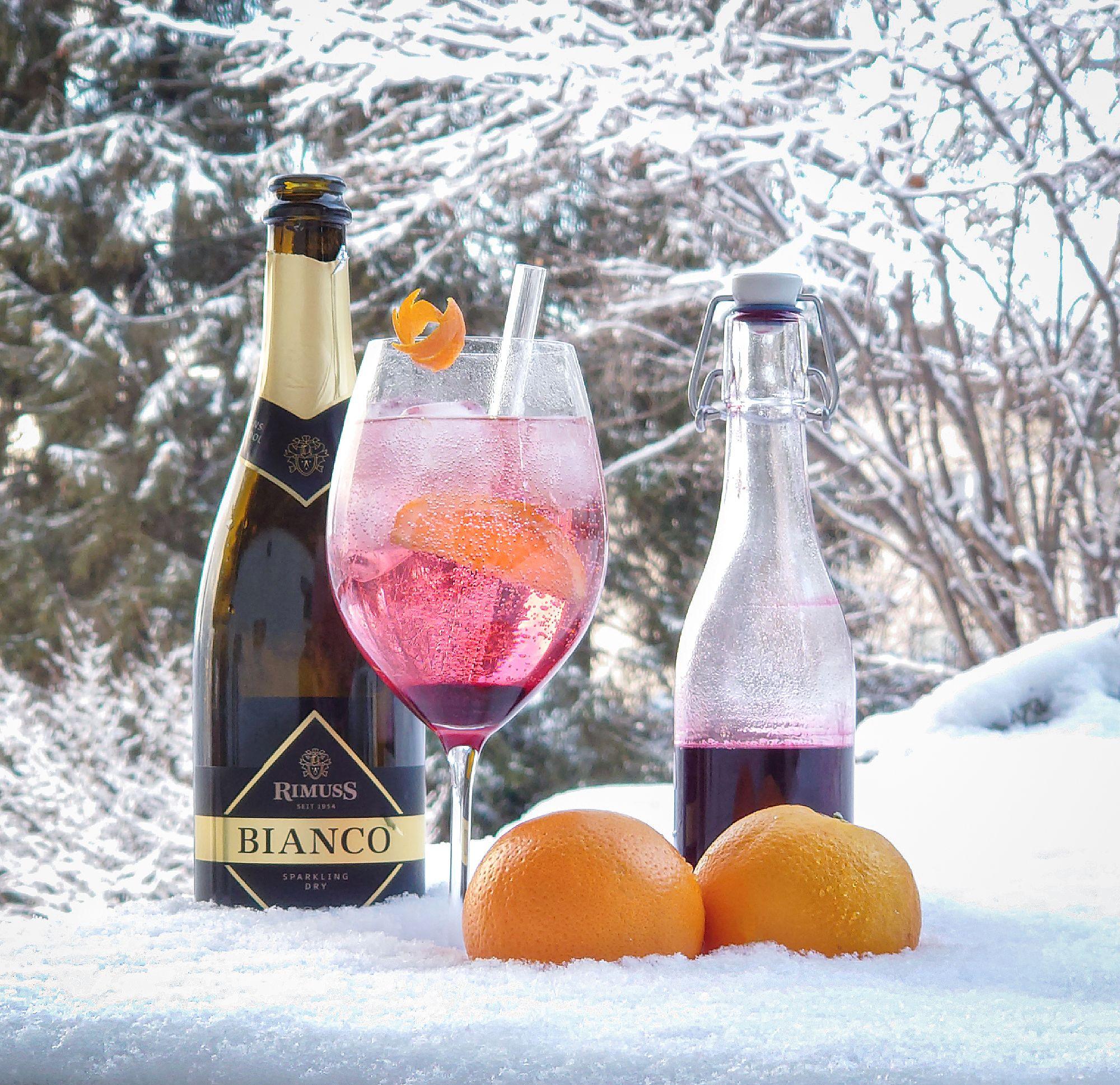 Cold Elderberry: Mocktail / Drink mit Orangen, Holunderbeerensirup und Rimuss Bianco Dry