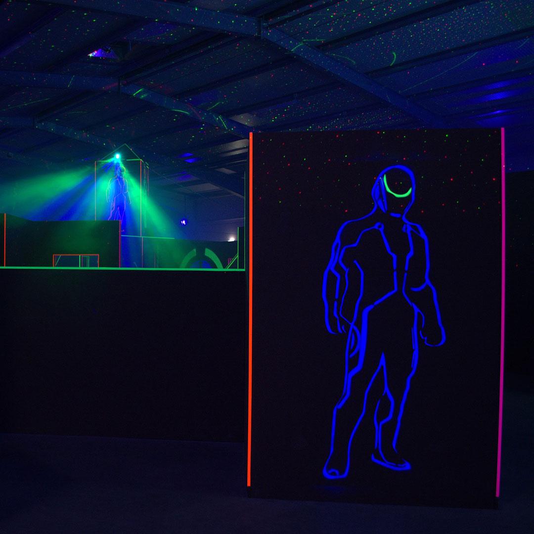 Eine Lasertag-Halle mit coolen Laserlichtern. Ein super Ort, um einen Kindergeburtstag zu feiern