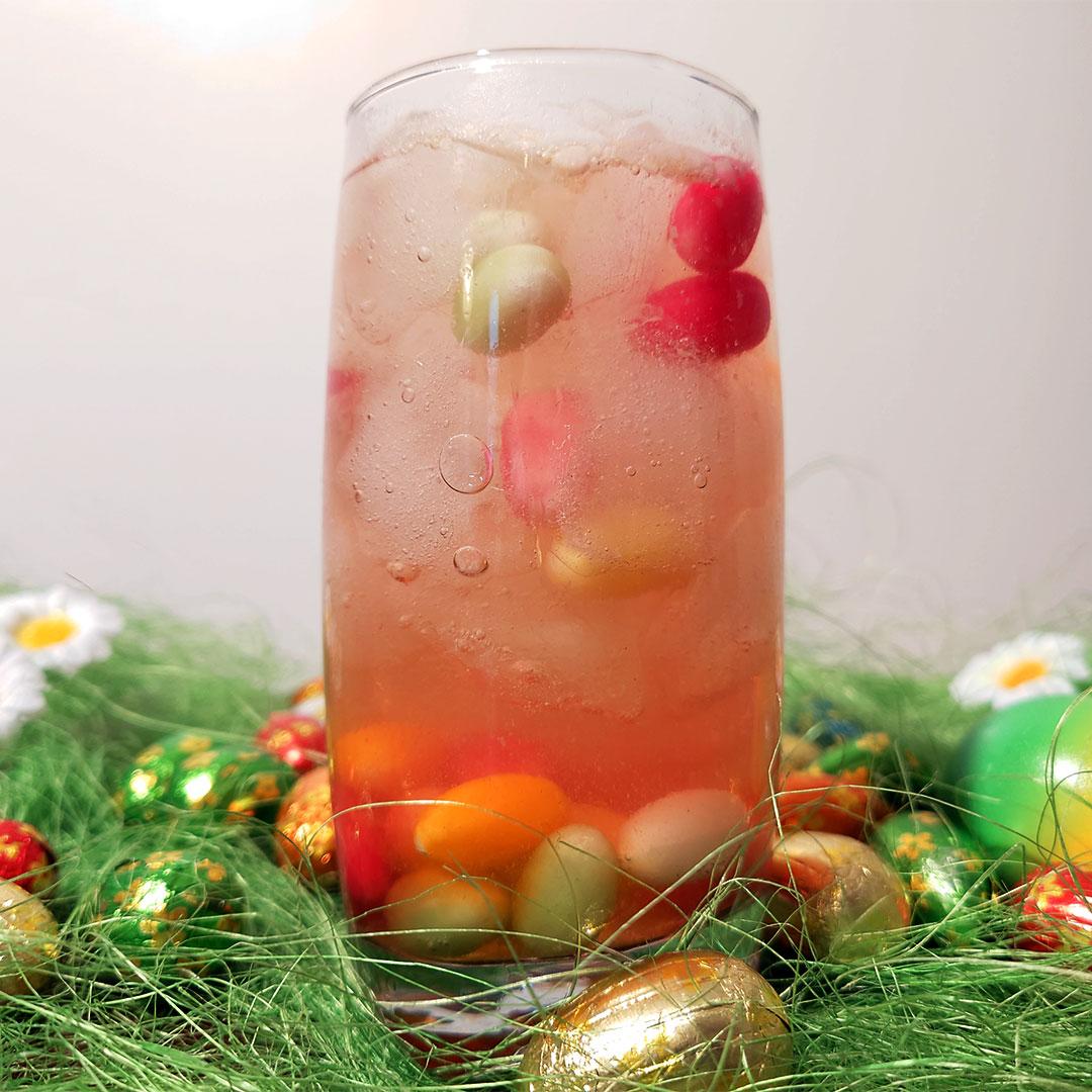 Ein schöner, bunter Mocktail für den Oster Apero. Mit Zuckereier und Eiswürfeln im Glas
