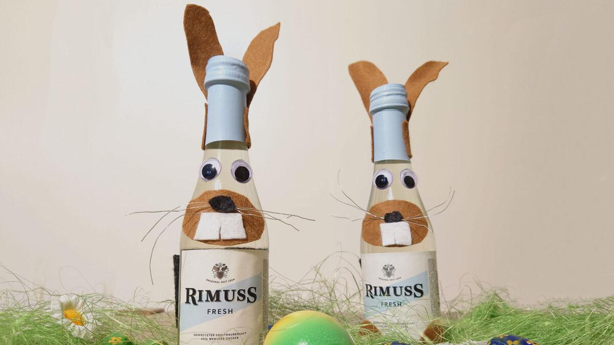 Zwei kleine Fläschchen Rimuss Fresh als Osterhasen verkleidet. Eine Bastelidee für Dein Oster Apero