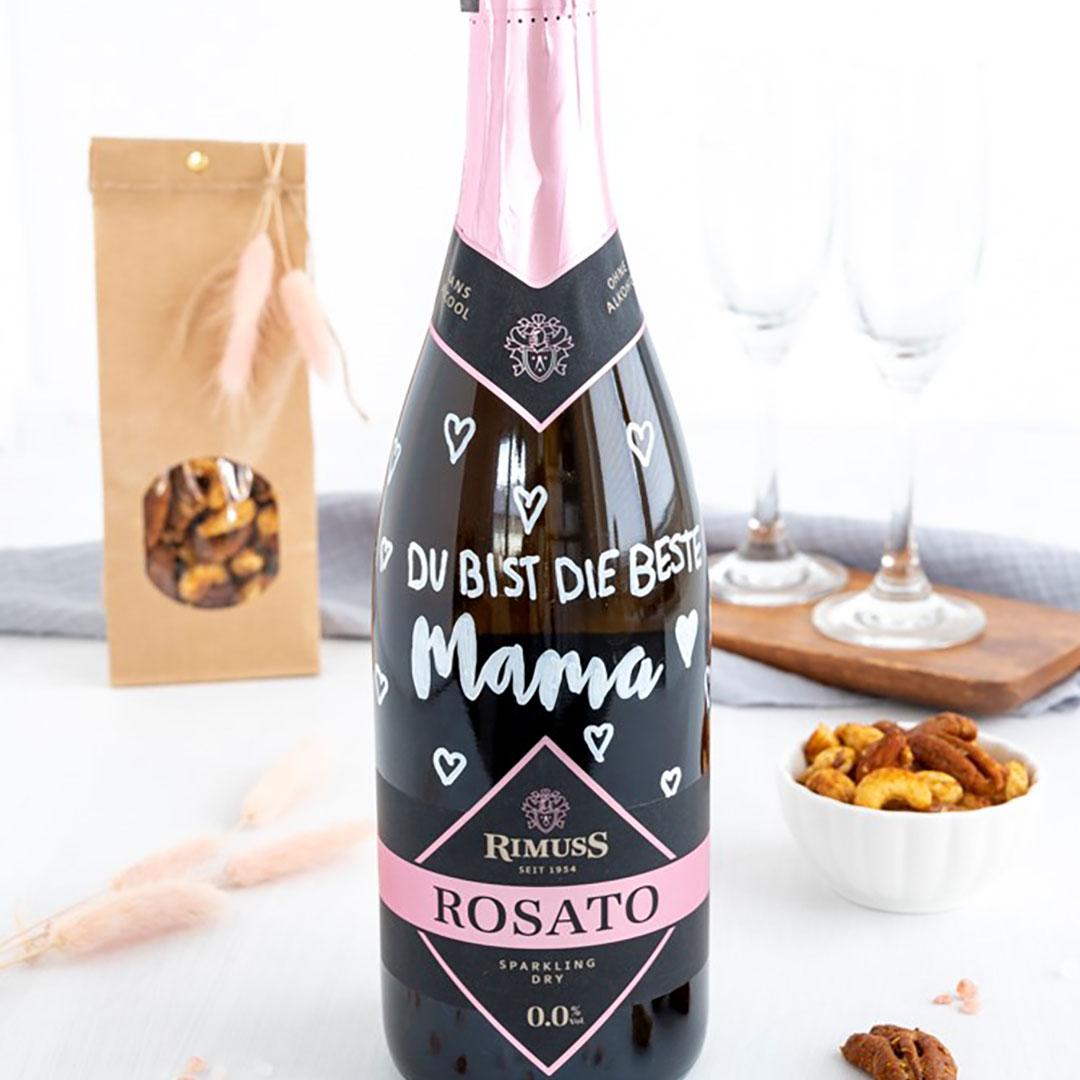 Handlettering auf einer Flasche Rimuss Rosato Dry. Mit leckeren Gewürznüssen daneben.