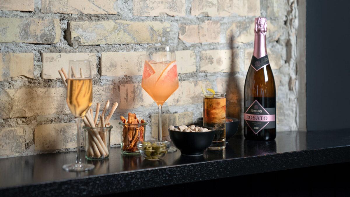 Rimuss Rosato Dry und verschiedene alkoholfreie Drink auf einer Ablage in einer Bar