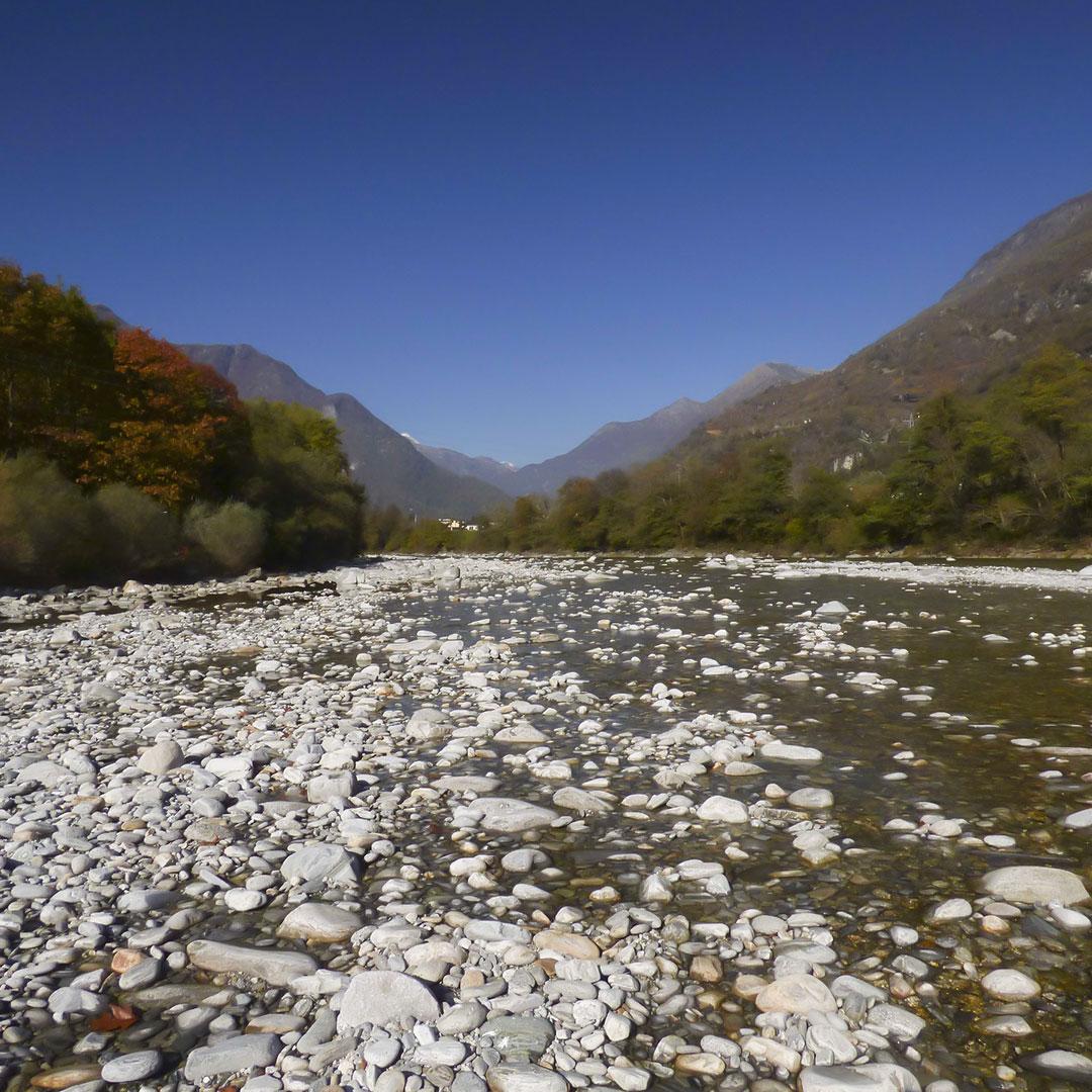 Velotour durch das Maggia-Tal. Idealer Ort für ein Picknick Apéro mit Rimuss