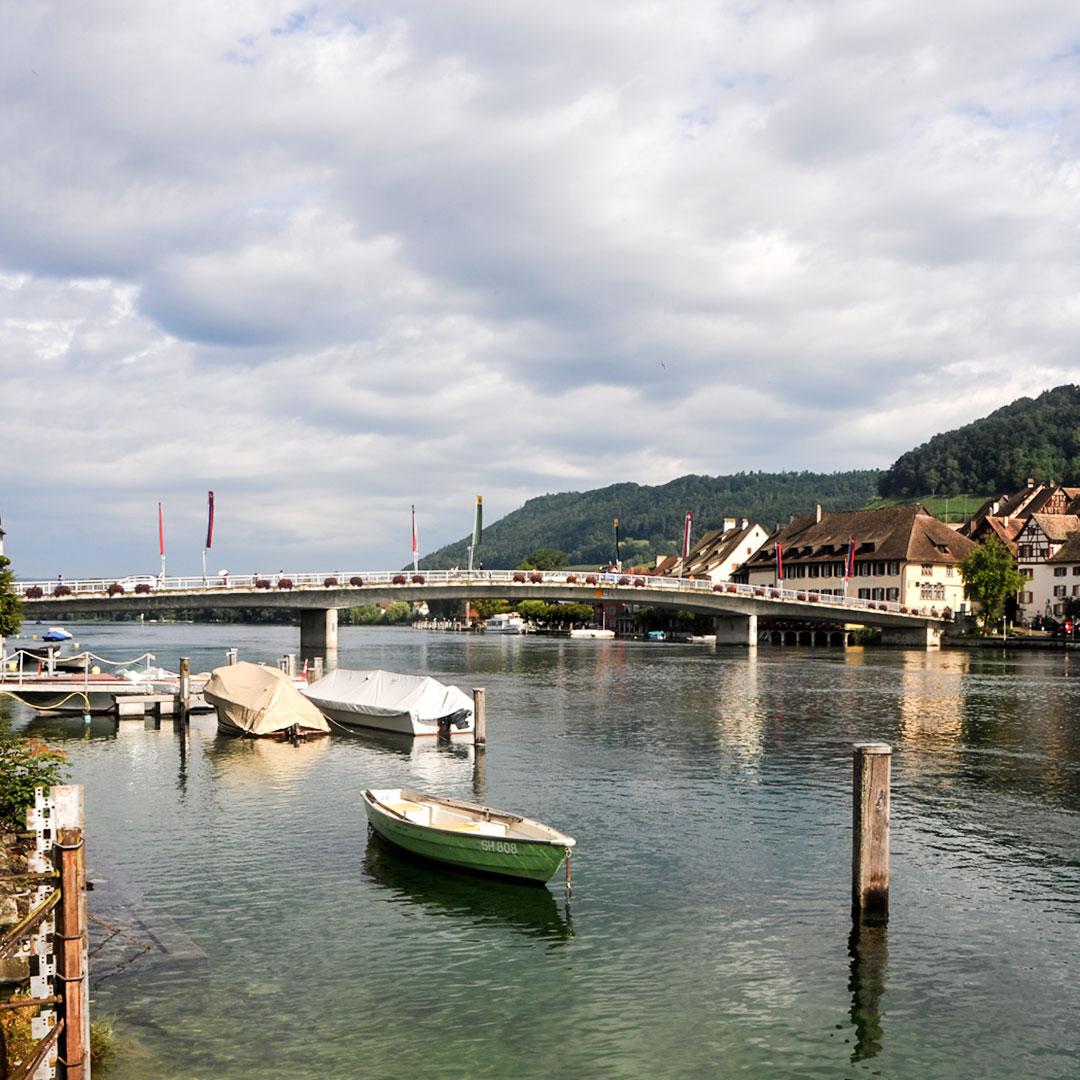 Velotour vom Bodensee dem Rhein entlang. Idealer Ort für ein Picknick Apéro mit Rimuss