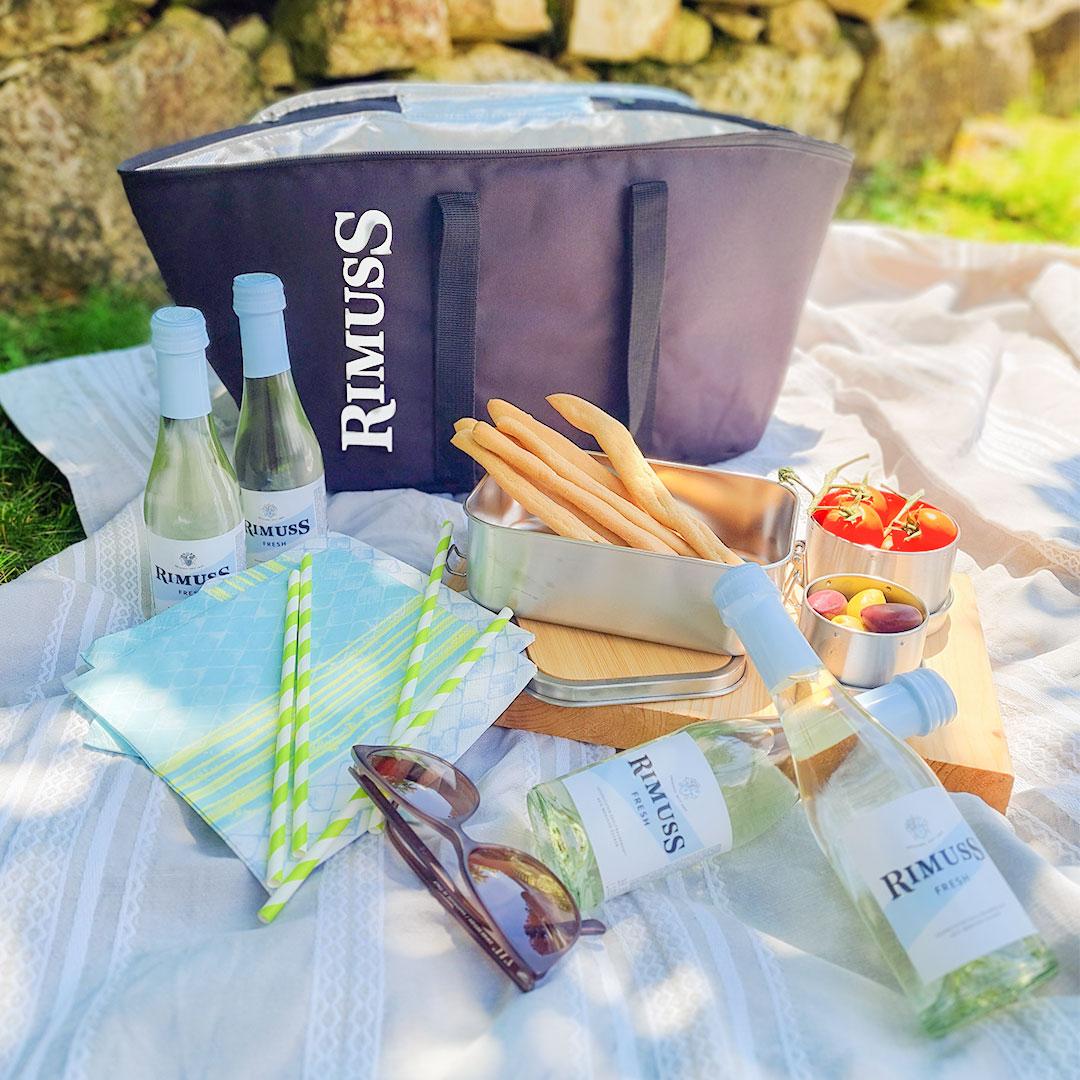Rimuss Kühltasche beim Picknick Apéro mit kleinen Rimuss Fresh Fläschchen und gesunden Snacks