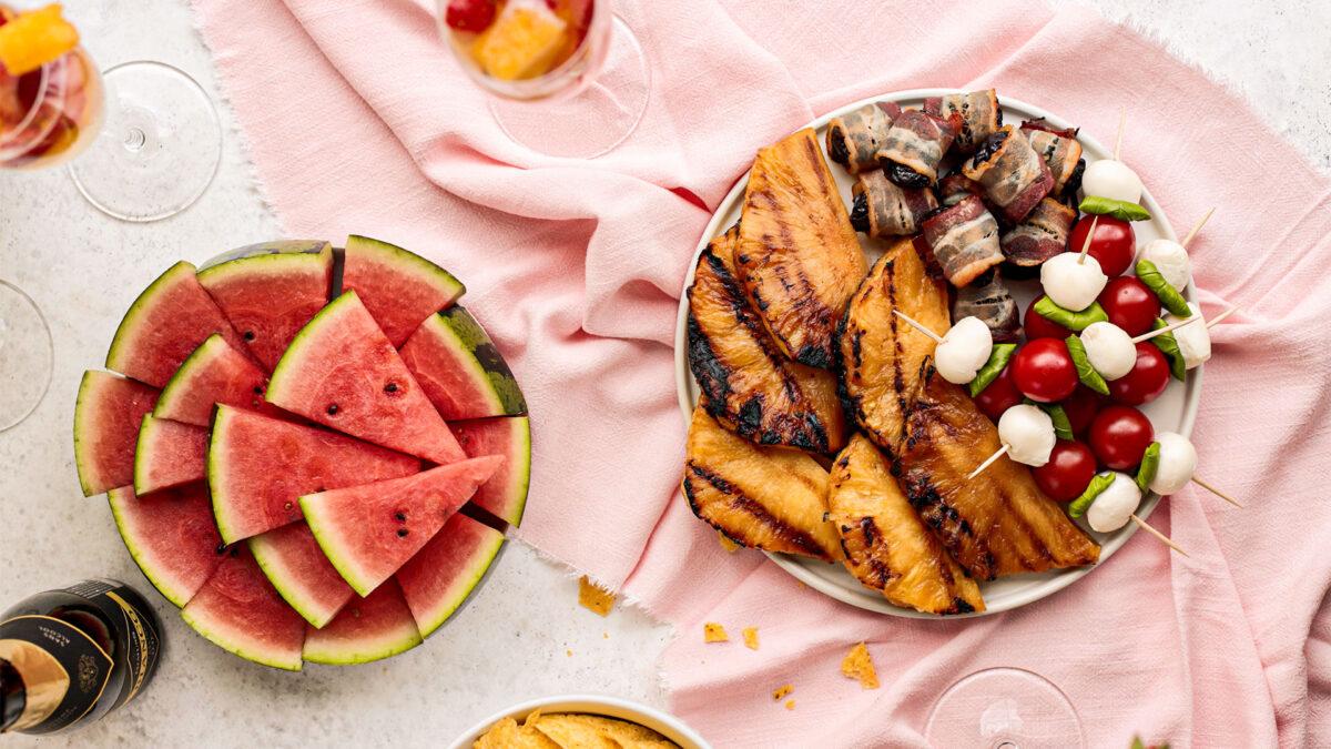 Tolle BBQ und Grillrezepte für den BBQ-Apéro: Tomaten-Mozarella-Sticks, Gegrillte Ananas, saftige Speckdateln, Wassermelon, Ananans-Erdbeeren-Bowle