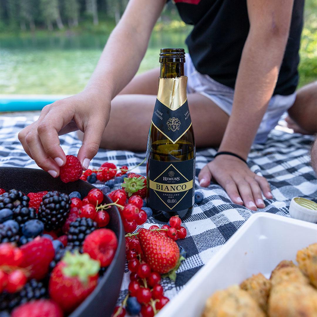 Rimuss Bianco Dry Piccolo beim Picknick Apero am See zum Spätsommerabend mit Erdbeeren, Brombeeren, Himbeeren, Heidelbeeren und Falaffel
