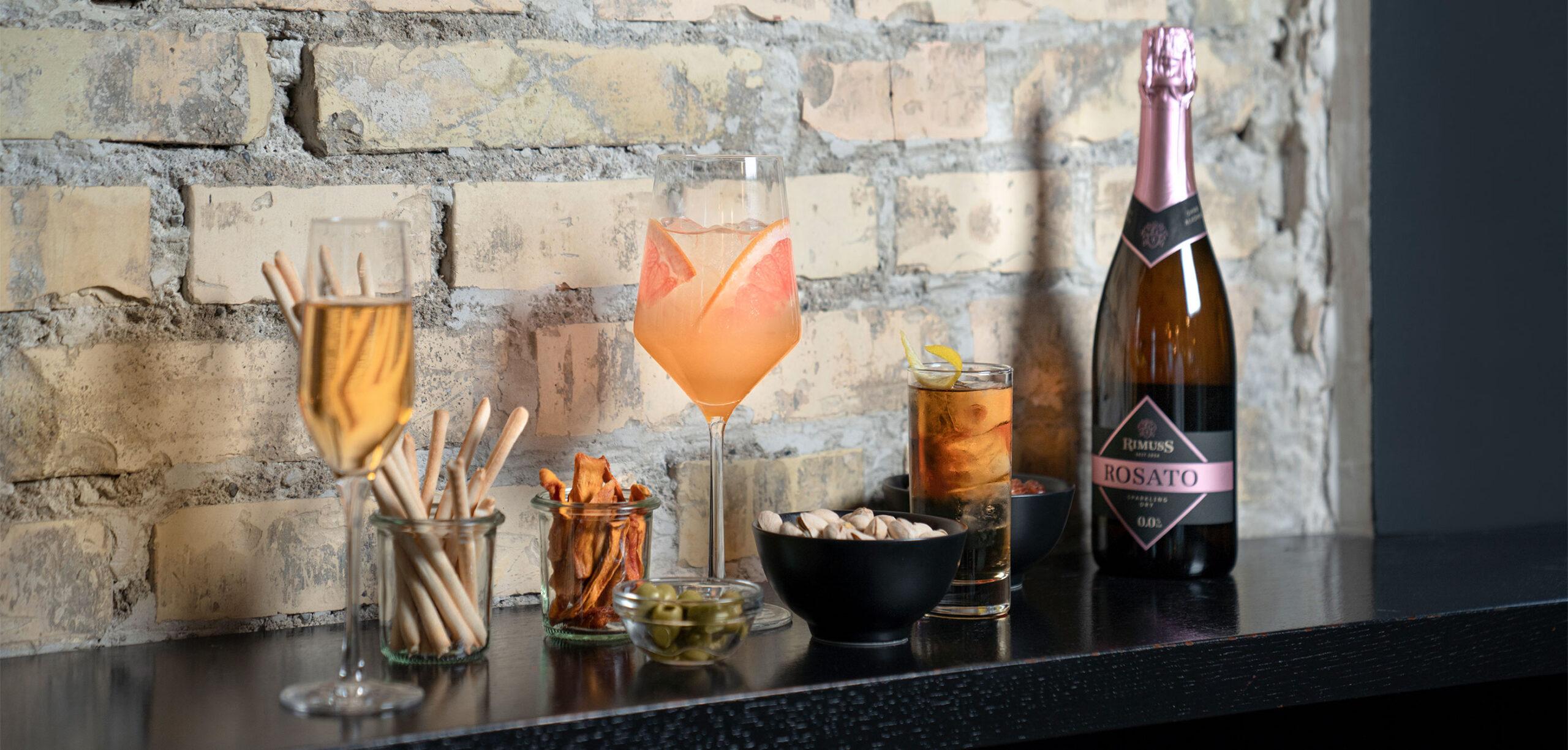 Coole Mocktails und alkoholfreie Drinks auf einer Bar mit Rimuss Rosato Dry