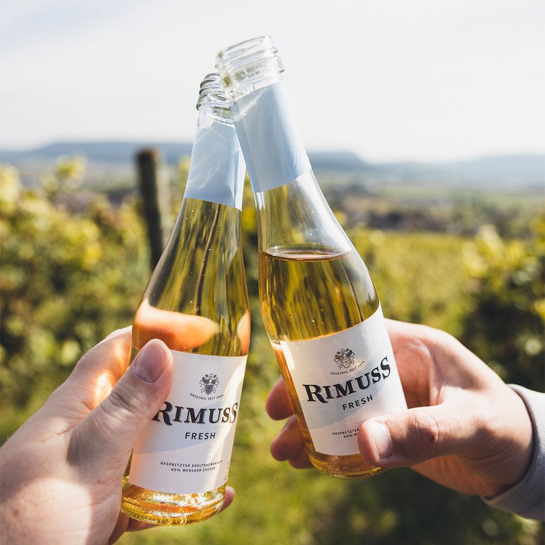 Anstossen mit Rimuss Fresh Piccolo bei einer Herbstwanderung durch die Klettgauer, Schaffhauser Weinberge